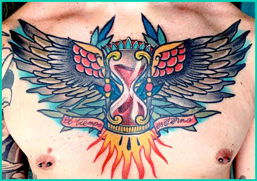 tatuaje pecho representa tiempo